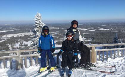 Familie på skitur i Kläppen