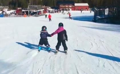 Familie på ski i Stöten