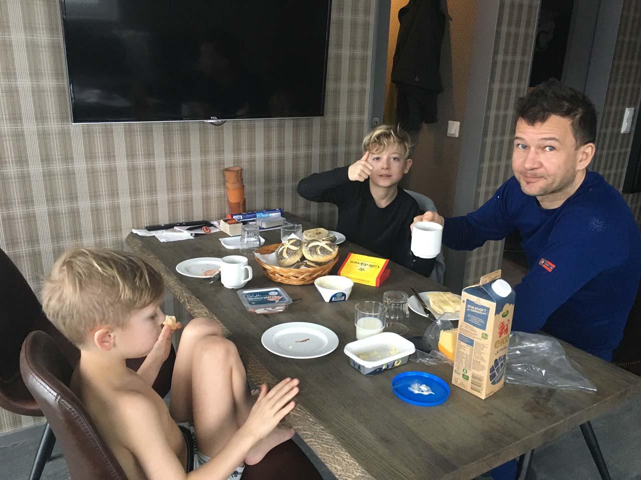 Hjemmebragt morgenmad i lejligheden